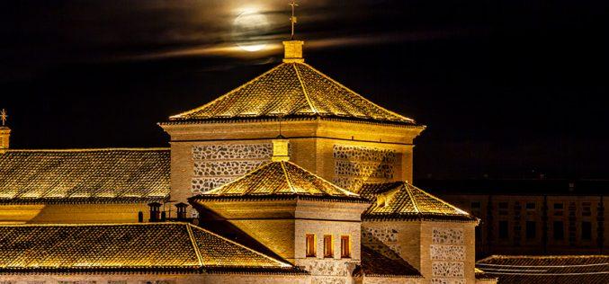 Paseo Fotográfico – Luna llena sobre las Cortes de Castilla la Mancha